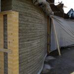 Das Umweltbildungszentrum in Augsburg nimmt mit Lehmwänden Gestalt an